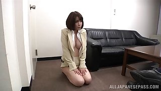 Secretary Ryo Tsujimoto drops on her knees in the matter of give head in the matter of her boss
